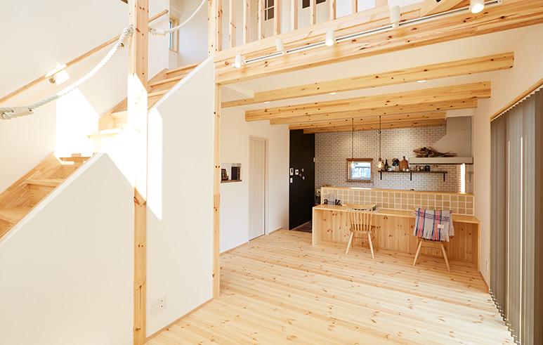 猫と暮らすカフェスタイルの2階建て2