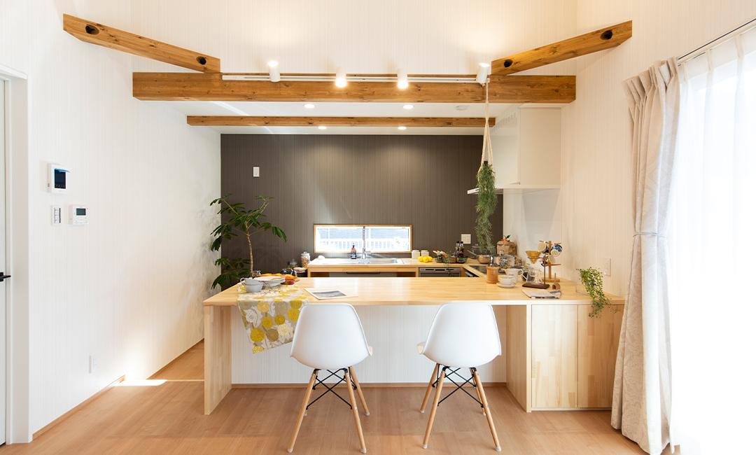 ワンちゃんと暮らすコの字型キッチンが主役の「Cafe House」